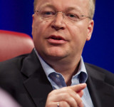 Stephen Elop Talks Microsoft and Windows Phone, Quickly Flashes Nokia WP7 Device (Video)