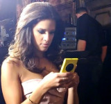 Entertainment Tonight Star Rocsi Diaz Shows Off The Nokia Lumia 1020 In An Exclusive Hands On